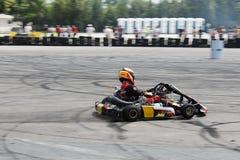 Fokussierter kart Rennfahrer auf dem Stromkreistreiben Stockfoto