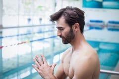 Fokussierter Mann mit den Händen zusammen Stockfoto