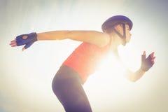 Fokussierter sportlicher blonder Eislauf Stockbilder