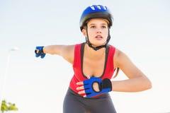Fokussierter sportlicher blonder Eislauf Stockfoto