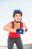 Fokussierter sportlicher blonder Eislauf Stockbild