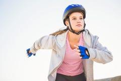 Fokussierter sportlicher blonder Eislauf Lizenzfreie Stockbilder