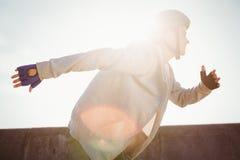 Fokussierter sportlicher blonder Eislauf Lizenzfreie Stockfotografie