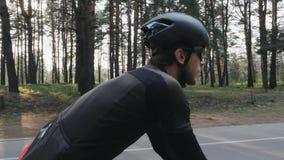 Fokussiertes überzeugtes Radfahrerreitfahrrad im Park Seite folgen Schuss Radfahrenkonzept Langsame Bewegung stock video