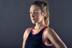Fokussiertes athletische blonde Frauen-tragendes Trägershirt Stockbilder
