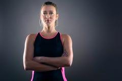 Fokussiertes athletische blonde Frauen-tragendes Trägershirt Stockfoto