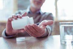 Fokussiertes Foto auf männlicher Hand, dass, Flasche halten lizenzfreie stockbilder