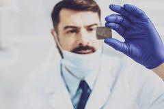 Fokussiertes Foto auf männlicher Hand dieses haltene Bild Lizenzfreies Stockfoto