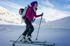 Fokussiertes Mädchen auf Skis Stockbilder