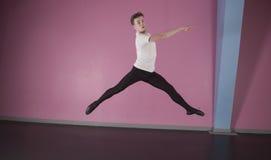 Fokussiertes männliches Balletttänzerspringen Lizenzfreie Stockfotografie