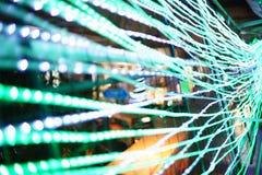 Fokussuddigheten ledde linjär belysning på staketet In det nya året royaltyfria bilder