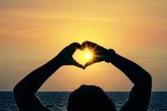 Fokusunschärfe für Herzsonnenuntergang Stockbilder