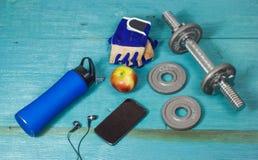 Folâtre des accessoires pour la forme physique sur le plancher bleu Photos stock