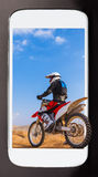 Folâtre des actualités dans votre smartphone Photos libres de droits