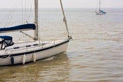 Folâtre des bateaux à voile sur l'océan Images libres de droits