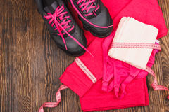 Folâtre des espadrilles, serviette et folâtre le soutien-gorge Photographie stock