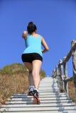 Folâtre la femme courant sur des escaliers de montagne Image stock