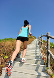 Folâtre la femme courant sur des escaliers de montagne Photographie stock libre de droits