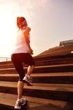 Folâtre la femme courant sur les escaliers en bois Image libre de droits