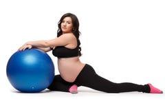 Folâtre la jeune femme enceinte. Forme physique. Images libres de droits