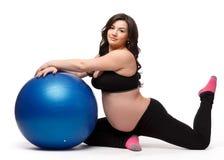 Folâtre la jeune femme enceinte. Forme physique. Photo libre de droits