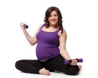 Folâtre la jeune femme enceinte. Forme physique. Image libre de droits