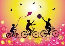 Folâtre le famille sur des bicyclettes Images libres de droits