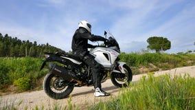 Folâtre le motocycliste d'Enduro ensabotant sur le sable en mettant en marche sa motocyclette clips vidéos