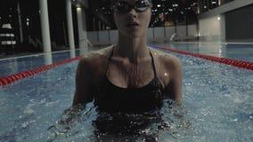 Folâtre le style de flottement de brasse de femme dans la piscine de l'eau bleue banque de vidéos