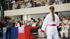 Folâtre les adolescents - sportifs d'adolescente de fille au tatami de karaté - préparent pour le combat banque de vidéos