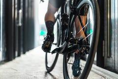 Folâtrez l'équitation d'homme de vélo à l'intérieur du tunnel en verre urbain avec la lumière image libre de droits