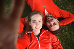 Folâtrez l'homme et la femme faisant des selfies en parc Photographie stock