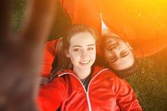 Folâtrez l'homme et la femme faisant des selfies en parc Photographie stock libre de droits