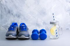 Folâtrez la composition avec le pot d'article de sport et de maçon avec le citron Photo stock