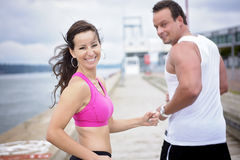 Folâtrez la femme et l'homme pulsant sur la route dehors Photos stock