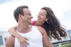 Folâtrez la femme et l'homme pulsant sur la route dehors Photographie stock libre de droits