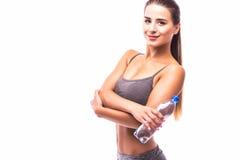 Folâtrez la fille avec de l'eau à disposition sur la pause après exercice photo stock