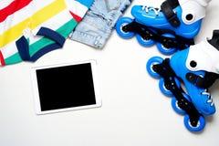 Folâtrez, le mode de vie sain, les patins de rouleau et l'ensemble d'habillement du ` s de garçon, téléphone portable sur le fond Photographie stock libre de droits