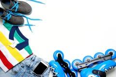 Folâtrez, le mode de vie sain, les patins de rouleau et l'ensemble d'habillement du ` s de garçon, téléphone portable sur le fond Photographie stock