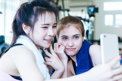 Folâtrez les amis de formation prenant la photo de selfie dans le gymnase de séance d'entraînement Photo stock