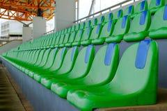 Folâtrez les chaises en plastique vertes de stade dans une rangée Photographie stock libre de droits