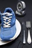 Folâtrez les chaussures du plat, de la fourchette et du couteau de wtite Photos stock