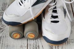 folâtrez les chaussures et les haltères sur le plancher, vue supérieure Backgrou de sport Image stock