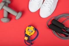 Folâtrez les chaussures, les haltères, la corde à sauter et le chronomètre numérique Vue supérieure Forme physique, sport et conc photos stock