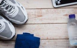 Folâtrez les chaussures, le téléphone portable, la serviette et l'eau Photos libres de droits