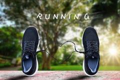 Folâtrez les chaussures se tenant sur le vieux plancher grunge de sport avec la dentelle en forme de coeur avec le texte fonction Photo stock