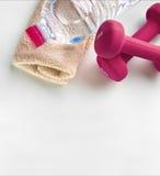 Folâtrez pour des haltères serviette et bouteille de femmes de dessus de l'eau Photos stock