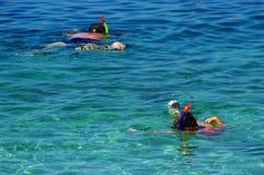 Folating в мелководном море Стоковое Фото