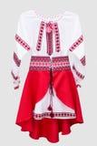 Folclore nacional fêmea da camisa de vestido, um traje popular Ucrânia, isolada no fundo do branco cinzento Fotos de Stock