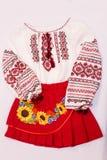 Folclore nacional fêmea da camisa de vestido, um traje popular Ucrânia, isolada no fundo do branco cinzento Foto de Stock